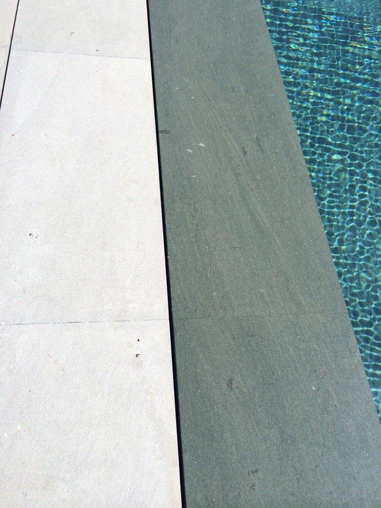 Piscina en acabado verdoso